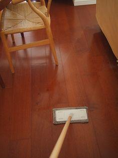 毎日のお掃除にもハッカ油は使えます。1滴だけをモップに染み込ませて床拭き。爽やかな香りがお部屋に広がって、家事もはかどりそうです。