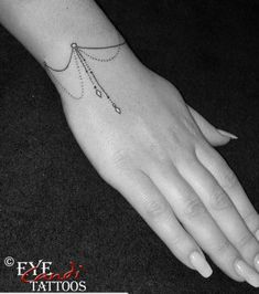 Armband Tattoo Frau, Armband Tattoos, Anklet Tattoos, Tatoos, Ankle Bracelet Tattoos, Mini Tattoos, Cute Tattoos, Beautiful Tattoos, Body Art Tattoos
