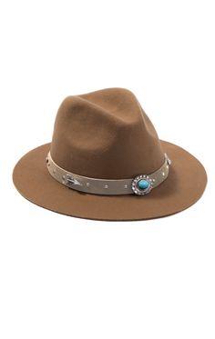 RANGER SAND est un chapeau en feutre beige orné de pampilles argentées et turquoise tout autour de la tête. Avec son look cowboy chic et sa forme