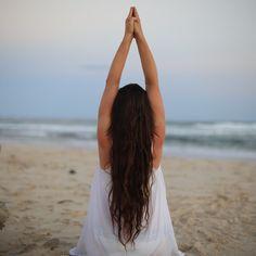 Die 6 Yoga-Übungen für Anfänger machen ganz nebenbei einen flachen Bauch und lindern Verspannungen. Wir stellen Ihnen zusätzlich die 7 wichtigsten Yoga-Regeln vor!
