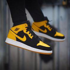"Air Jordan 1 Retro Mid ""New Love"" - Sneakers Sneaker Outfits, Nike Outfits, Converse Sneaker, Puma Sneaker, Jordan Outfits, Nike Air Shoes, Air Jordan Shoes, Sneakers Mode, Shoes Sneakers"