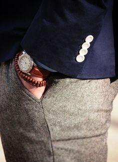 Pantalon gris / Veste navy / Accessoires
