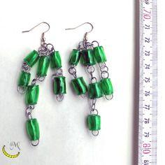 Orecchini pendenti lunghi con perline di plastica riciclata arrotolate a mano - verde
