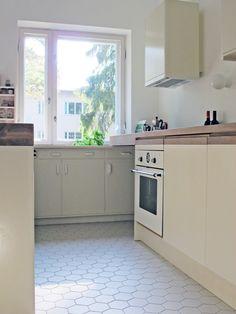 50s Kitchen, Kitchen Ideas, Bohemian House, Studio Interior, Interior Architecture, Tiles, Furniture Design, Sweet Home, Kitchen Cabinets