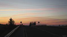 (FR) Quitter Astorga au petit matin, se retourner et apercevoir des visages familiers et souriants, d'amitié : l'histoire d'un chemin. (EN) Leaving Astorga with a beautiful sunset and friends, juste behind. #theway #castilleyleon #astorga #caminodesantiago #compostelle #sunset #morning #road #dawn #spain #shadow #ombre #espagne