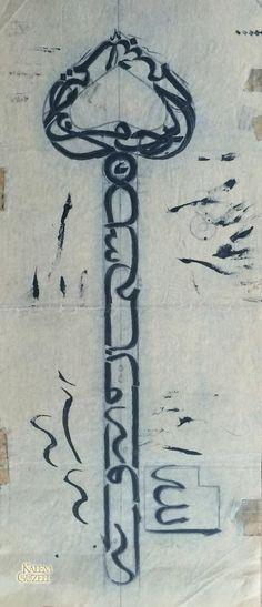 """© Yusuf Ergün - Anahtar şeklinde kompozisyonda Neml Sûresi, 30.ayet yazılıdır. """"(Mektup) Süleyman'dandır, rahmân ve rahîm olan Allah'ın adıyla (başlamakta)dır. (Neml Sûresi, 30.ayet)"""" Monuments, Allah, Islamic Art Calligraphy, Islamic Architecture, Sufi, Typography Design, Qoutes, Body Art, Symbols"""