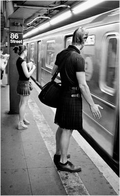 Kilt wearing New Yorker(s) Man Skirt, Dress Skirt, Looks Cool, Men Looks, Guys In Skirts, Men Wearing Skirts, Style Masculin, Men In Kilts, Komplette Outfits