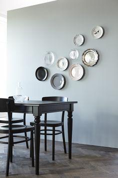 IKEA Deutschland | Man muss nicht immer Teller zum essen benutzen, an der Wand machen sie sich tatsächlich auch ganz gut. Dazu den schlichten schwarzen INGATORP Esstisch mit IDOLF Stühlen. http://www.ikea.com/de/de/catalog/products/90222407/ #Esszimmer #Esszimmerinspiration #Esszimmerdekoration #Esstisch #Esszimmerstühle