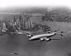 1950 - A TWA Lockheed Constellation over New York Aeropostale, Cool Backdrops, New York Black And White, Passenger Aircraft, Air And Space Museum, Havana Cuba, Sunderland, Air Travel, Old Pictures