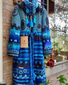 Tapado azul terminando!!!! Belleza total!!! Espirales hacia el infinito!!! Disponible!!! Hacemos envíos a toda Argentina Alejandra y Claudia somos Warawa Tejidos a mano 💖 Crochet Coat, Form Crochet, Crochet Cardigan, Crochet Clothes, Boho Fashion Over 40, Free People Clothing, Funky Outfits, Modern Crochet, Hand Knitted Sweaters