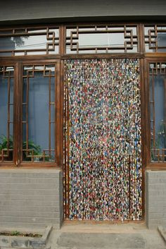Upcycled magazines, cut into strips and rolled around paper clips and then linked together.DIY::BEADED CURTAIN:: Upcycled Paper Beads Hanging Bead Curtains for Diy Paper, Paper Art, Paper Crafts, Paper Clip, Beaded Door Curtains, Bead Curtain Doorway, Boho Curtains, Hanging Beads, Old Magazines