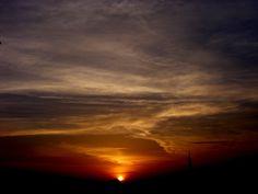 Solnedgång ger skyn en vacker färg.