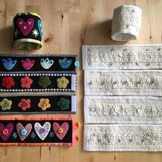 Ett gäng broderade armband är färdiga. Känns bra att använda spets från secondhand, fodra med en vit fin gardin som inte används längre och använda gamla lakan som är solfärgade. Färgglada eller vita det är frågan! #embroidery #broderi #armband #yllebroderi Swedish Embroidery, Wool Embroidery, Beaded Cuff Bracelet, Cuff Bracelets, Arm Art, Textiles, Fabric Jewelry, Jewelry Crafts, Sewing