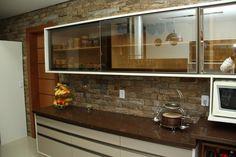 Armário vidro bronze e pedra marrom