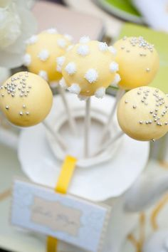 Yum! Cake pops! I should not be pinning right before dinner.