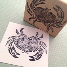 Blaukrabbe Stempel  Diese Krabbe-Stempel eignet sich für eine Strand-Thema Gästebuch Seite, Strand-Party-Einladungen, ein Geschenk-Tag oder einige am Meer Mischtechnik Kunst verschönern.   Alle unsere Marken haben harte Detailbilder, die tief in echten roten Gummi gedrückt werden. Anschließend mit Hilfe einer Lupe wir das Bild zuschneiden und Kissen zusammen auf eine Dekupiersäge mit einem engen und senkrecht geschnitten. Das Holz Bajonett ist glatte Ahorn, 3/4 Zoll hoch mit gekrümmten G...