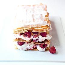 WeightWatchers.nl: Weight Watchers Recepten - Millefeuille met frambozencrème   vel(len) Filodeeg     20 g Roomboter, halfvol       250 g Kwark, mager     3 eetlepel(s) Zoetstof, poeder     300 g Verse roomkaas, naturel     1 koffielepel(s) Essence (amandel, rum, vanille...), vanille       250 g Frambozen     1 eetlepel(s) Poedersuiker