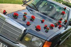décoration voiture mariage avec ventouses. Mariage orignal et unique! composition florale pour voiture des mariés fait main en France Fleurs artificielles haut de gamme! mariage thème rouge et blanc avec des roses et perles! www.bouquet-de-la-mariee.com
