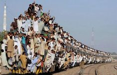 trains in India and Pakistan? And I thought New York subway trains were crowded. Train Tracks, Train Rides, Train Trip, Train Journey, Foto Poster, Tier Fotos, Crazy Funny, Photoshop, People Of The World