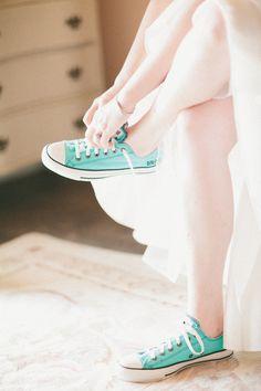 Tight it 2 Wedding Sneakers, Wedding Converse, Wedding Shoes, Star Wedding, Chic Wedding, Green Converse, Converse All Star, Wedding Photography Inspiration, Wedding Inspiration