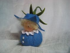 Jahreszeitentisch - Kleine Glockenblume Waldorf Jahreszeitentisch - ein Designerstück von Blumenkinder-Unikate bei DaWanda Waldorf Crafts, Waldorf Dolls, Felt Crafts, Diy And Crafts, Felt Patterns, Fairy Doors, Tiny Dolls, Wooden Pegs, Finger Puppets