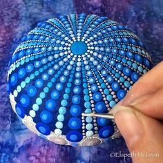 Tiefblaue Mandala gemalt Stein von Elspeth McLean #elspethmclean #mandalastone # ... - Stone Colorz