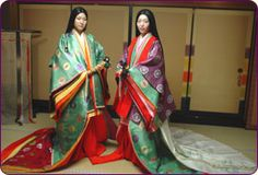 JUNI-HITOE is the multi-layered, multi-colored costume worn by women during and after the Heian Era A. Heian Era, Heian Period, Japanese Geisha, Japanese Kimono, Traditional Fashion, Traditional Dresses, Costumes Japan, Kimono Japan, Japanese Costume