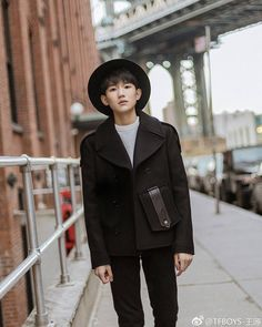 王源微博更新: 在紐約街頭散散步  Roy's weibo update: Taking a stroll on street in New York  #tfboys #TFBOYS #tfboysroy #roywang #wangyuan #ゆぇんたん#왕원 #티에브보이즈 #아이돌 #한국 #가수 #singer #idol #actor #王源 #TFBOYS王源 #因为遇见你 #长大以后的世界 #王牌对王牌 #streetnap #newyork #NYC #fashion cr: Roy's weibo 🍭