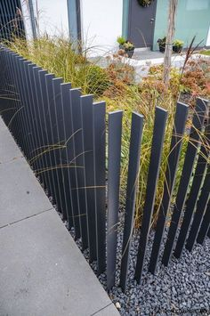 Design the fence in the front yard as a decorative element privacy .- Zaun im Vorgarten gestalten als Deko-Element Sichtschutz – Neueste Dekoration Design the fence in the front yard as a decorative element privacy screen - Pool Fence, Backyard Fences, Garden Fencing, Fence Landscaping, Garden Railings, Front Fence, Fence Gate, Diy Fence, Fence Panels