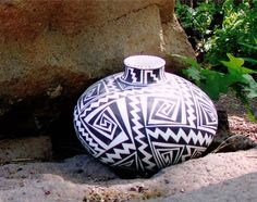 Modern Anasazi pot - The Anasazi are the Native Peublo people of south-western America, these pots are based on pre-historic designs and fired in the traditional way. Navajo Pottery, Pueblo Pottery, Native American Pottery, Native American Indians, Southwestern Art, Pottery Sculpture, Handmade Pottery, Clay Creations, Christmas Bulbs
