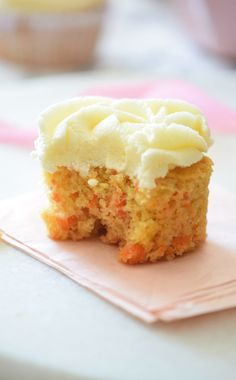 Carrot Cake Cupcakes Recipe (THE BEST!) - Carmela POP - The ultimate Carrot Cake Cupcakes! Super FLUFFY and topped with the most delicious frosting. I love how easy this carrot cake cupcakes recipe is! Best Carrot Cake Cupcake Recipe, Carrot Cake Cupcakes, Cupcake Recipes, Cupcake Cakes, Cup Cakes, Carrot Cakes, Mini Carrot Cake, Easy Carrot Cake, Food Cakes