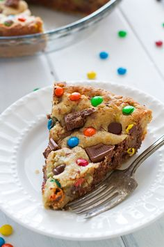 M&M loaded chewy chocolate chip cookie cake recipe that's perfect to serve for birthdays! Cookie cake is soft in the center with a chewy, crunchy crust. Baking Recipes, Cookie Recipes, Dessert Recipes, Pasta Recipes, M&m Cookie Cake Recipe, Empanada, Chocolate Chip M&m Cookies, Caramel Cookies, Chocolate Chips