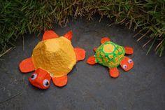 ... à créer à 4 mains (ou pas) avec une boîte à oeuf ! Il vous faut des boîtes à oeufs en carton de la peinture acrylique dans les coloris jaune, orange et vert une brosse plate et un pinceau fin des petits yeux mobiles (facultatif) des ciseaux En vous...