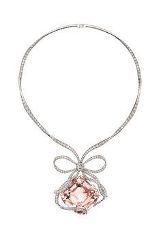 Collar de platino con diamantes y una enorme morganita de talla cojín de Tiffany & Co.