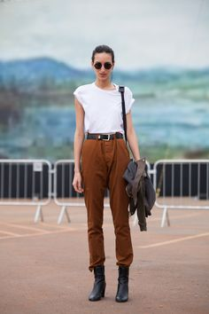 CASUAL TURIST[summer]: white top; brown trousers; boots