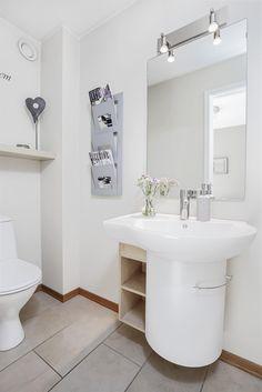 Fin vask med servantskap på gjestebad/toalett.