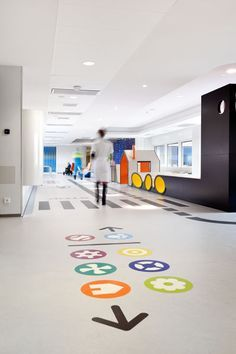 Emma's children's hospital by Opera Amsterdam Use the symbols to help direct people thru the hospital. Design Ppt, Signage Design, Design Ideas, Clinic Design, Healthcare Design, Design Clinique, Floor Signage, Hospital Signage, Wayfinding Signs
