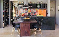 O pórtico de mogno da construção antiga foi transformado em mesa pela designer de interiores Moema Leão