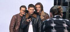Supernatural Photo: Jensen, Jared and Misha Supernatural Pictures, Supernatural Gifs, Supernatural Merchandise, Jensen And Misha, Jensen Ackles, Misha Collins, Destiel, Superwholock, Sexy Men