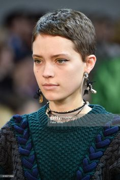 How to style the Pixie cut? Despite what we think of short cuts , it is possible to play with his hair and to style his Pixie cut as he pleases. Short Pixie Haircuts, Pixie Hairstyles, Fashion Hairstyles, Hairstyles 2018, Fashion Show Makeup, Runway Fashion, City Fashion, Fashion Design, Very Short Hair