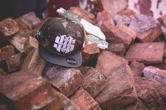 """Boné snapback camuflado da marca brasileira Mess Lifestyle, criada pelo designer Guile Farias em 2014, com foco na produção de camisetas, regatas, moletons e bonés. O modelo """"Camo"""" é construído em..."""