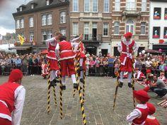 Les échasseurs namurois, combat d'échassiers Old Things, Photos, Street View, Costume, Folklore, Belgium, Woodwind Instrument, Pictures, Costumes