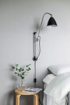 Featuring an enviable collection of fabulous Scandinavian design classics. Grey Floral Wallpaper, Upholstered Wall Panels, Magical Bedroom, Dark Grey Walls, Grey Headboard, Grey Shelves, Black Furniture, Sofa, Nordic Design