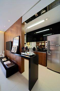 cozinha integrada com a sala de maneira inteligente e criativa com painel de madeira e mesa de pequenas refeicoes