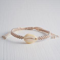 Sea Vibes - handgefertigtes Armband von 'A Pinch of Salt' mit einer einzelnen Kauri Muschel und vielen echten Silber-Perlen, verstellbar für jedes Hangelenk.