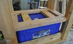 Outdoor Furniture Pallet Cooler Support - DIY Inspiration for the Average DIY'er Deck Cooler, Pallet Cooler, Wood Cooler, Cooler Stand, Outdoor Cooler, Cooler Cart, Cooler Box, Outdoor Wood Projects, Rustic Outdoor Furniture