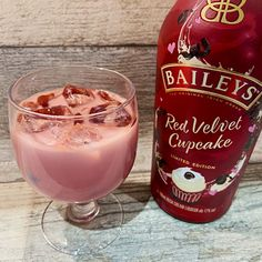 In collaboration with Georgetown Cupcake, the Red Velvet Cupcake Baileys first launched back in the Autumn, and it is now availble to buy in the UK. Baileys Recipes, Jello Shot Recipes, Alcohol Drink Recipes, Cupcake Recipes, Red Velvet Desserts, Red Velvet Recipes, Baileys Original Irish Cream, Baileys Irish Cream, Red Cupcakes
