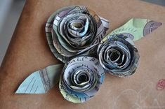 Now here is a DIY Newspaper Rose Gift Bows! Greta way to use all kinds of wonderful bits of paper you have and want to use , reuse, re purpose for that special gift! Newspaper Flowers, Newspaper Crafts, Bow Tutorial, Flower Tutorial, Cute Gifts, Diy Gifts, Homemade Bows, Recycled Gifts, Recycled Materials
