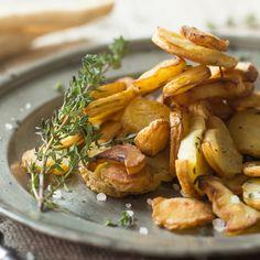 Diese knusprigen Pastinaken aus dem Ofen sind die ideale Beilage für herzhafte Gerichte und eine würzige Abwechslung zu Kartoffeln und Co.