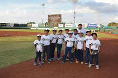 Una representación de alumnos de la escuela de béisbol Delfines se presentaron en el último de la serie ante los Vaqueros del Unión Laguna, ...